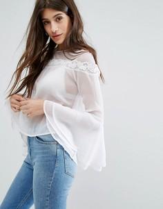 Блузка с кружевной отделкой и рукавами клеш Boohoo - Белый