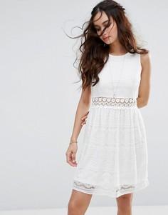 Кружевное короткое приталенное платье QED London - Кремовый