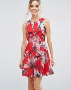 Короткое приталенное платье с тропическим цветочным принтом Closet London - Мульти