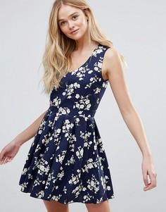 Короткое приталенное платье с цветочным принтом QED London - Темно-синий