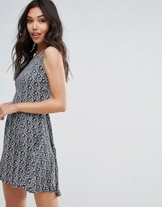Короткое приталенное платье с принтом QED London - Мульти