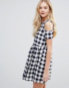 Свободное платье в клеточку с открытыми плечами QED London - Темно-синий