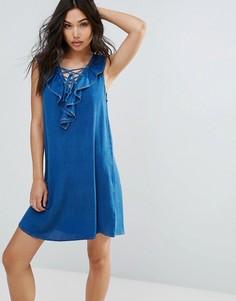 Джинсовое платье со шнуровкой спереди и оборкой QED London - Синий