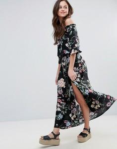 Платье макси с открытыми плечами и цветочным принтом QED London - Черный