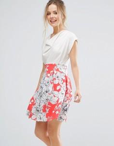 Короткое приталенное платье с драпированным топом и цветочным принтом на юбке Closet London - Розовый