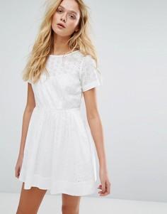 Приталенное платье со свободной юбкой и вышивкой ришелье Jack Wills - Белый