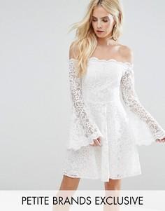 Кружевное платье мини с открытыми плечами и рукавами клеш John Zack Petite - Кремовый