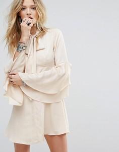 Чайное платье на пуговицах с расклешенными рукавами и завязкой у горловины Honey Punch - Бежевый