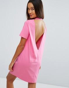 Платье-футболка с глубоким V-образным вырезом на спине ASOS - Розовый