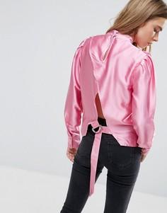 Блузка с высоким воротником и открытой спиной с застежкой на D-кольцо ASOS - Розовый