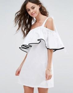 Свободное платье с оборкой и открытыми плечами Boohoo - Белый