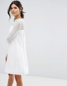 Свободное платье с высоким воротом и кружевной отделкой Elise Ryan - Белый