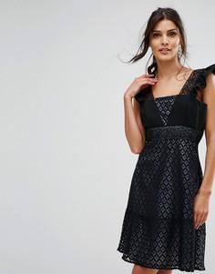 Короткое приталенное кружевное платье с оборками на рукавах Elise Ryan - Черный