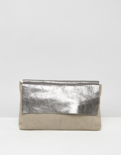 Кожаный клатч с клапаном с эффектом металлик ASOS - Серый