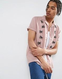Рубашка из вискозы классического кроя с вышивкой паука и отложным воротником ASOS X LOT STOCK & BARREL - Розовый