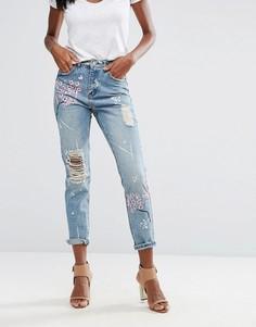 Джинсы в винтажном стиле с цветочной вышивкой Missguided Riot - Синий