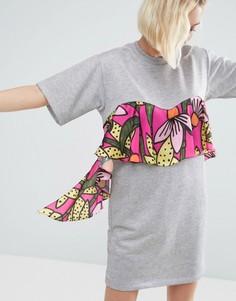 Трикотажное платье-футболка с цветочным принтом на оборке ASOS Made In Kenya - Серый
