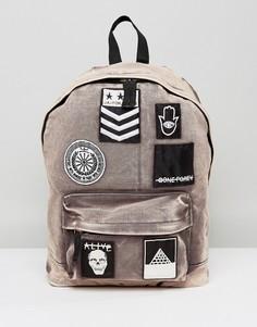 Рюкзак с нашивками и эффектом кислотной стирки ASOS - Коричневый