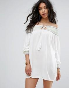 Цельнокройное платье с открытыми плечами и вышивкой Boohoo - Белый