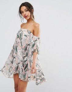 Цельнокройное платье с открытыми плечами и принтом Boohoo - Бежевый