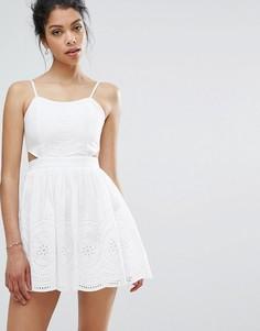 Кружевное приталенное платье с вырезами Boohoo - Белый