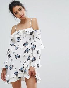 Ярусное приталенное платье с оборками и цветочным принтом Boohoo - Белый