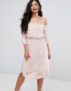 Платье с открытыми плечами и кружевной вставкой Boohoo - Розовый