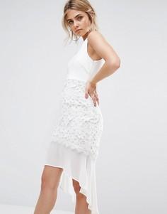 Платье со шлейфом и кружевом кроше Boohoo - Белый