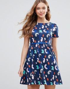 Короткое приталенное платье с поясом и принтом Yumi - Темно-синий