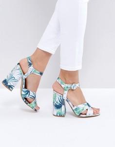 Босоножки на блочном каблуке с тропическим принтом New Look - Зеленый