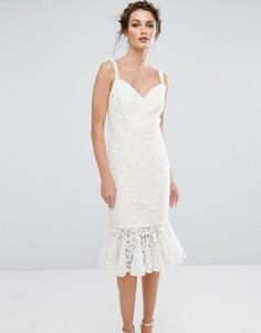 Кружевное платье-футляр с оборкой по краю Chi Chi London - Кремовый