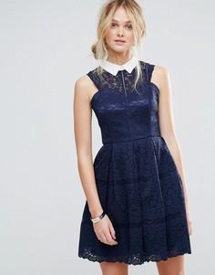 Структурированное кружевное приталенное платье с контрастным воротом Chi Chi London - Темно-синий