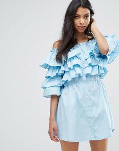 Платье с оборками и открытыми плечами Boohoo - Синий
