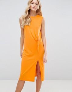 Платье миди без рукавов с необработанными краями и завязкой спереди ASOS - Оранжевый