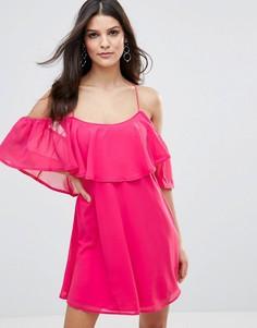 Шифоновое платье с рюшами и перекрестами на спине Club L - Розовый