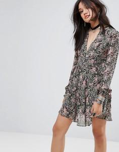 Чайное платье с V-образным вырезом и цветочным принтом Glamorous - Мульти