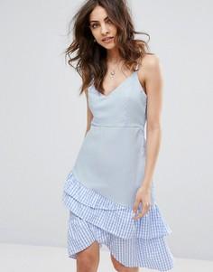 Платье на бретельках с асимметричной оборкой в клетку Boohoo - Синий