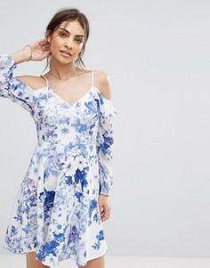Короткое приталенное платье с открытыми плечами и цветочным принтом Boohoo - Синий