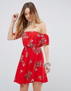 Платье с открытыми плечами и цветочным принтом Parisian - Красный