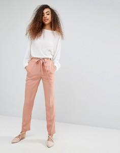 Шелковистые брюки с поясом Soaked In Luxury - Розовый