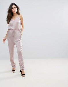 Шелковистый комбинезон со шнурком на талии Soaked In Luxury - Розовый