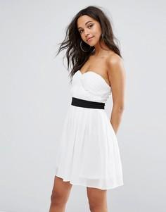 Приталенное платье бандо мини Boohoo - Белый