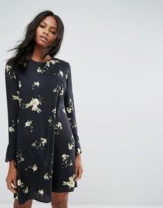Свободное платье с длинными рукавами и цветочным принтом Y.A.S - Черный