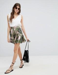 Атласная мини-юбка с пальмовым принтом ASOS - Мульти