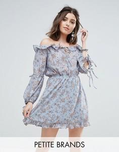 Платье с открытыми плечами, оборками и цветочным принтом Glamorous Petite - Синий