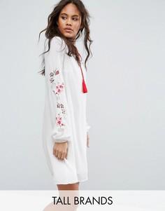 Свободное платье с вышивкой на рукавах Glamorous Tall - Кремовый