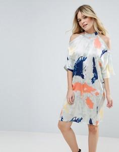 Атласное платье с вырезами на плечах и принтом Liquorish - Кремовый