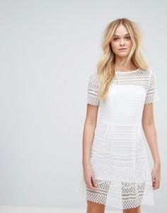 Короткое приталенное платье из плотного кружева Paper Dolls - Белый