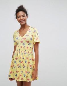 Чайное платье с присборенной талией, оборками на рукавах и цветочным принтом ASOS - Мульти