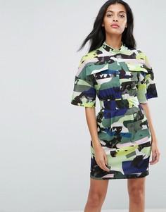 Платье в стиле милитари с камуфляжным принтом ASOS - Мульти